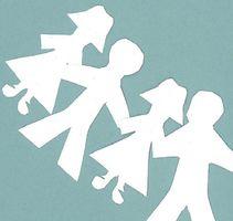 Schlichte Darstellung von aneinanderhängenden Schattenrissen in blau-weiß gehalten. Man sieht eine Kette von Lehrkräften, die die Verbindungslehrerinnen und Lehrer darstellen sollen.