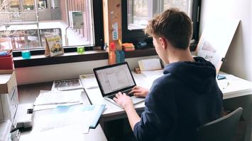 Foto eines Schülersprechers, der ein Projekt vorbereitet